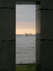 Aarhusbugten set gennem skulptur