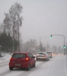 Lyskryds med sne og biler
